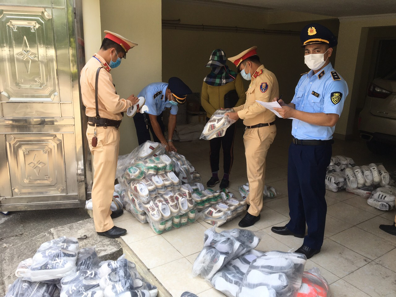 Quảng Ninh: Phát hiện hàng trăm sản phẩm giày dép giả mạo nhãn hiệu